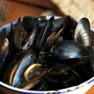 Steamed Mussels with Garlic, White Wine and Coriander